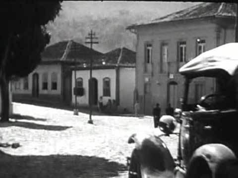Automóvel estacionado próximo ao atual Museu de Itabira (provavelmente de Chico Osório), que trouxe o primeiro veículo com motor a gasolina para a cidade