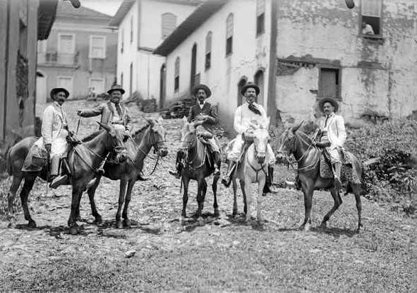 Cavaleiros desfilam pelas ruas de Itabira (Guarda-Mor Custódio) e são flagrados pela lente do famoso fotógrafo Brás Martins da Costa