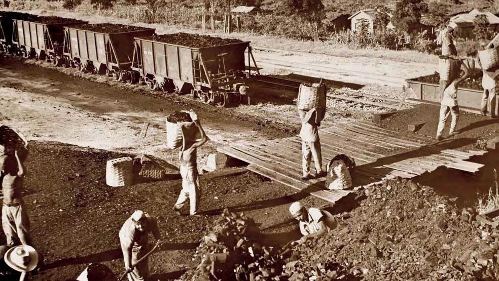 Primeiros carregamentos de minério de ferro em Itabira na década de 1940. Itabira sequer sonhando com os problemas que criaria para serem resolvidos agora