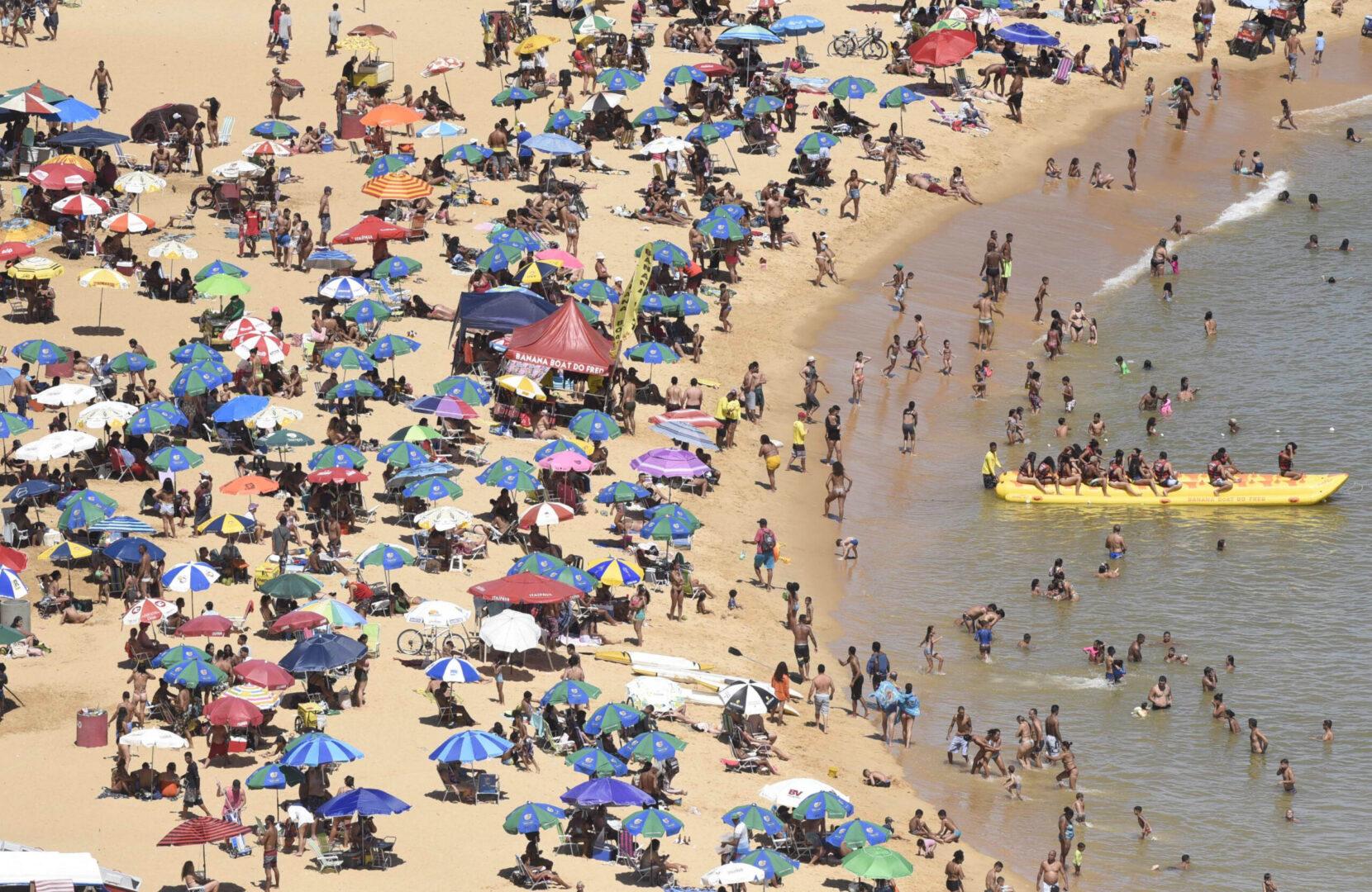 Praia do Morro, reduto de mineiros: aglomerações e uso de sombrinhas proibidas