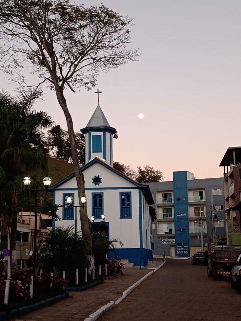 Algumas construções destoam do conjunto arquitetônico, mas não tiram a beleza da igreja e da praça
