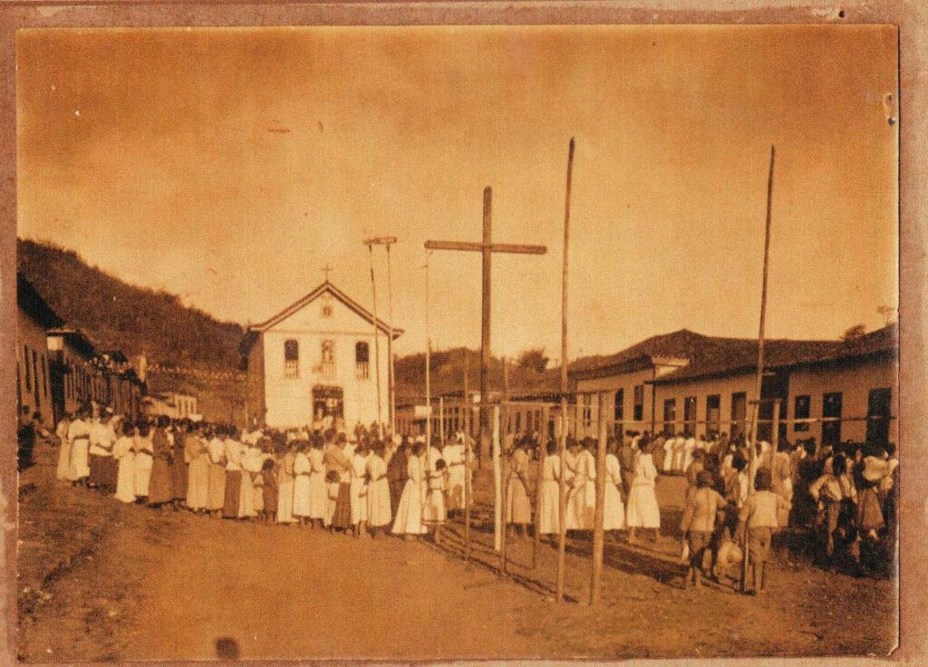 Passabém tem maioria católica, que comemora o Dia do Padroeiro desde o início do século passado, quando a capela não tinha torre