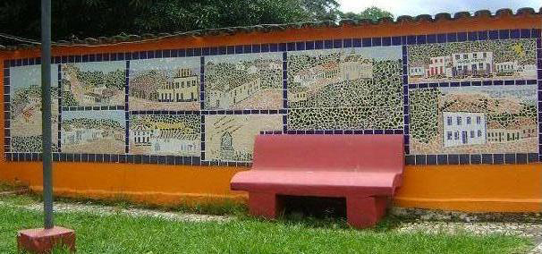 Um dos mosaicos de Vanessa Lage pintados na cidade, este na escadaria da Igreja Matriz.