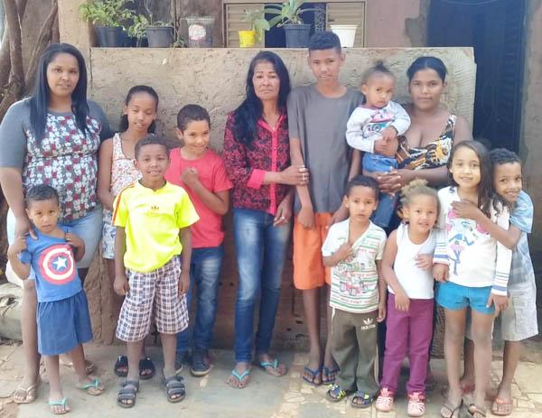Numerosa família de Zana, que mora no Bairro Santa Ruth não tinha casa para morar