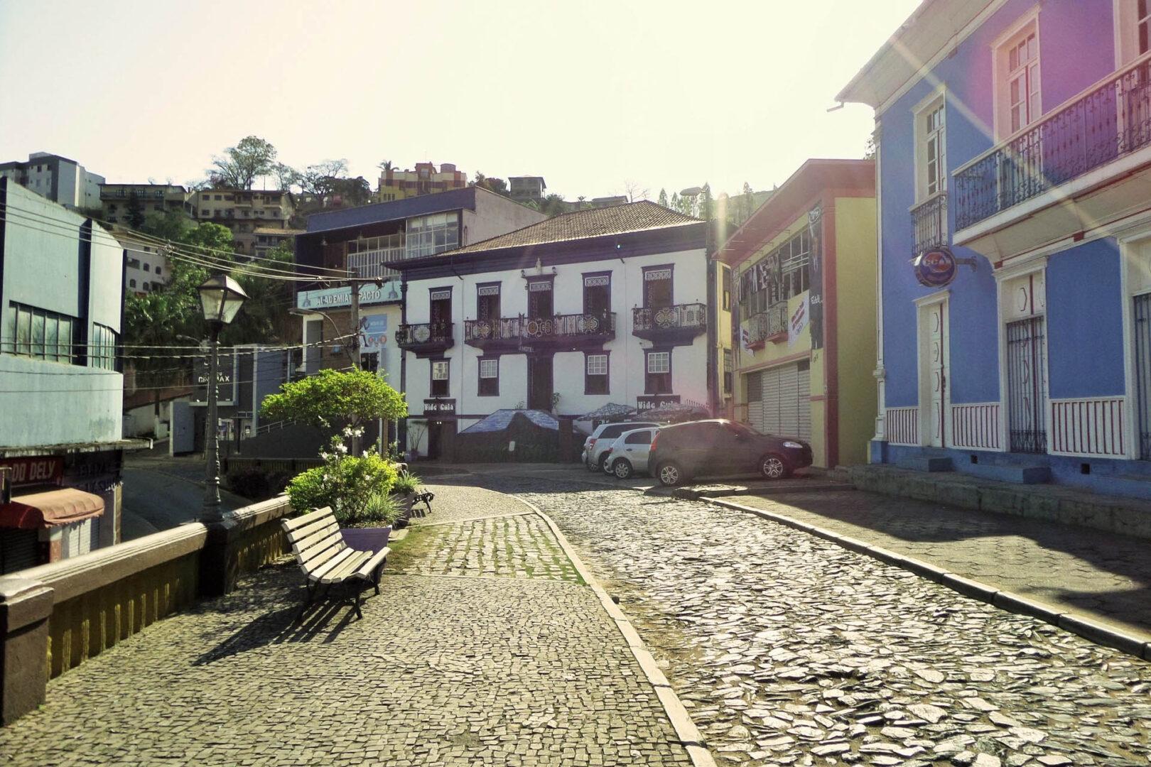 Itabira, ruas calçada em pedra, limpas, como a promessa de dureza com a corrupção para ter alma limpa e ser exemplo.