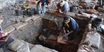 Escavações arqueológicas em Ga-Mohana Hill North Rockshelter, onde as primeiras evidências de comportamentos complexos do Homo sapiens foram recuperadas. Crédito: Jayne Wilkins