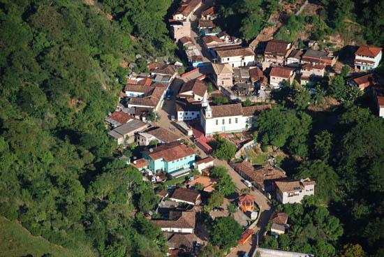 Vista aérea e parcial, recente, de São Sebastião do Rio Preto: a pequena cidade tem tradição e história, acolhedora e com grande vocação de promover festas cívicas, folclóricas e religiosas