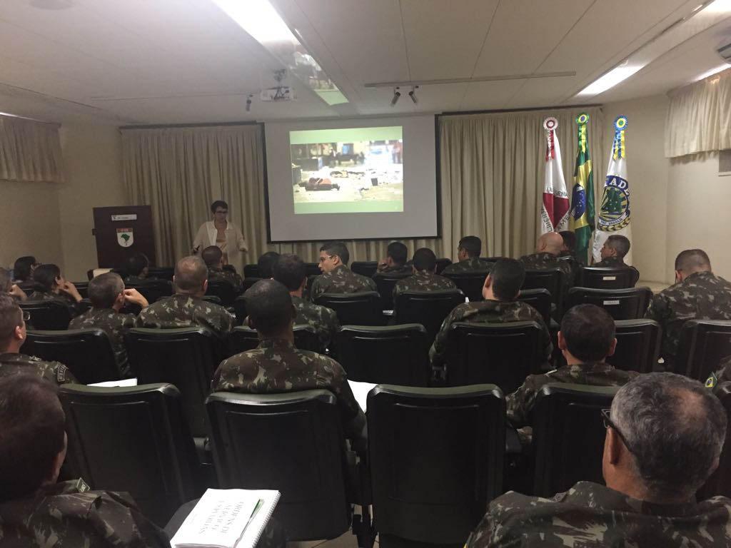 Professora e consultora Sônia Rodrigues com equipe de alunos do Exército Brasileiro