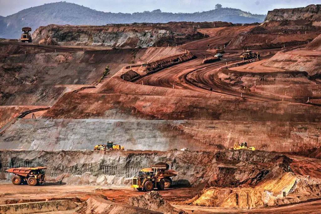 Minas de Itabira, à exceção do Cauê que virou uma cava imensa, continuam em operação e, por enquanto, gerando riquezas para a mineradora Vale