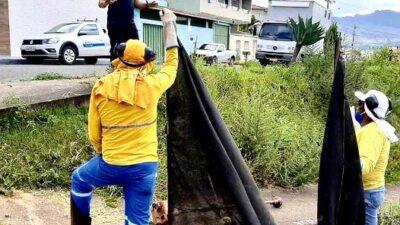Vereador presidente da Câmara fala com trabalhadores no Bairro Colina da Praia