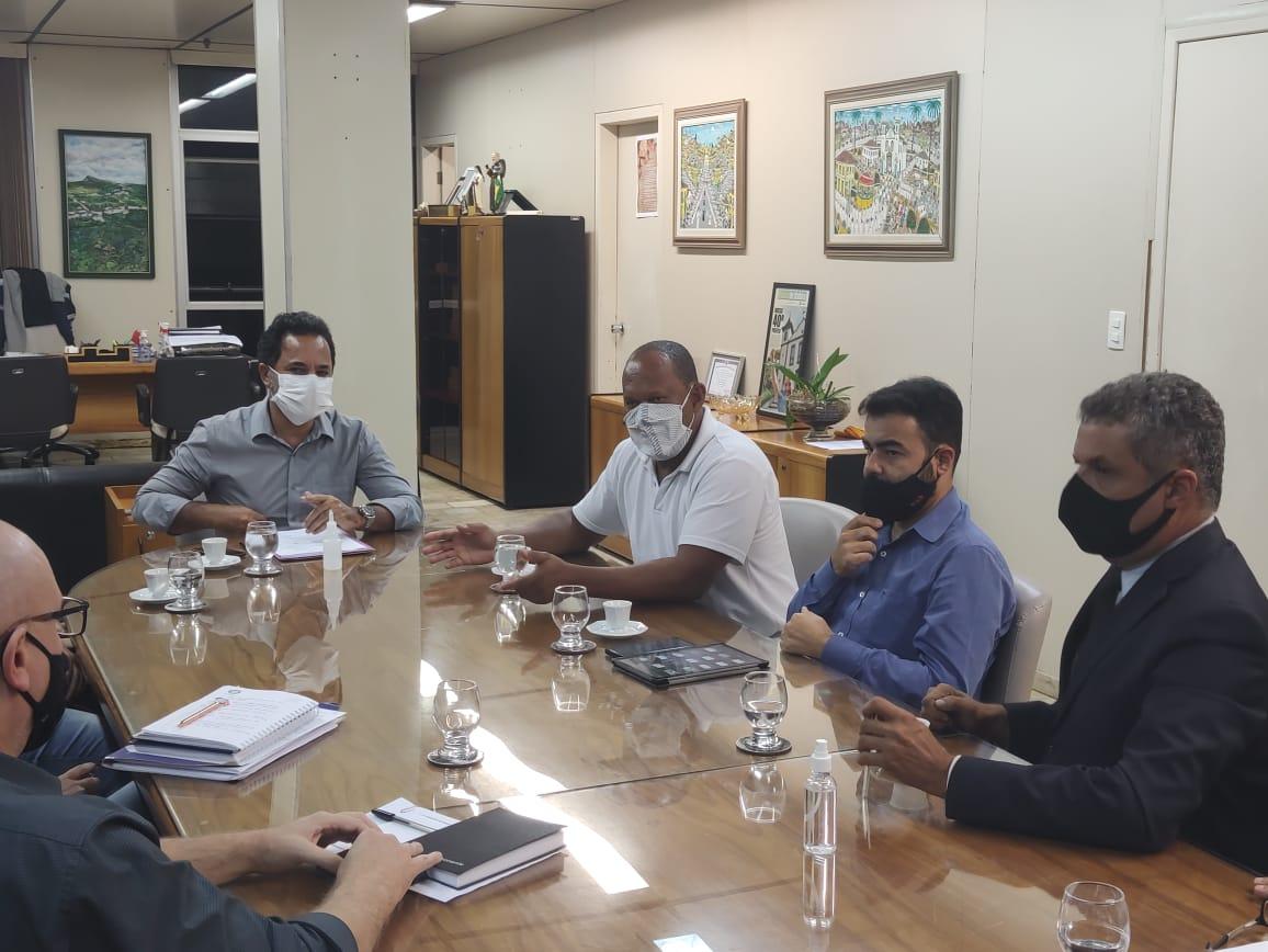 Encontro foi cordial, entendimento de ambas as partes, informou o prefeito Marco Antônio Lage após a reunião com membros do Sindicato dos Servidores Públicos