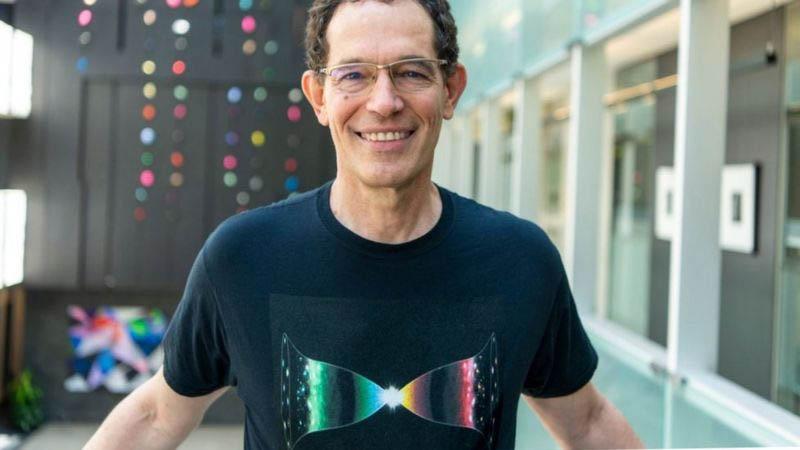 Camiseta usada pelo físico Neil Turok mostra a ideia de um 'universo-espelho'