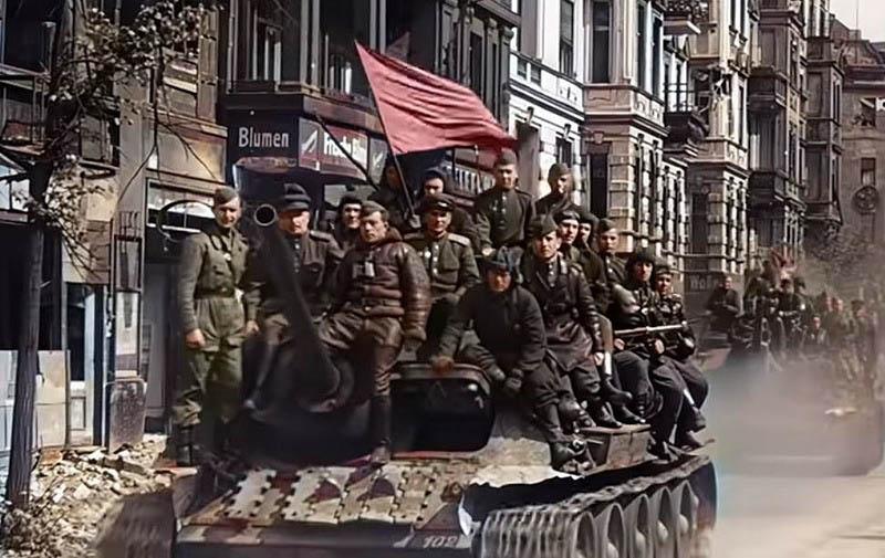 Fim da guerra. Soltados posam para uma foto nas ruas de Berlim quase completamente destruída após anos e anos de luta (Foto Divulgação)
