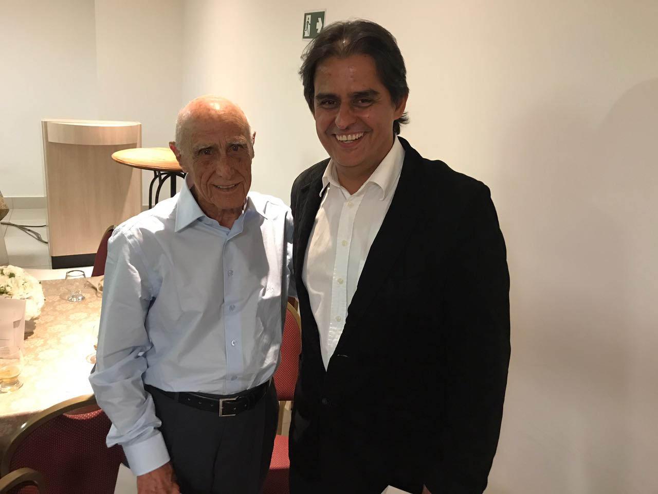 Dia do Médico, 18 de outubro de 2017: Dr. Colombo recebe medalha entregue pelo ortopedista Dr. Édson Pereira Lima, diretor-clínico do HNSD