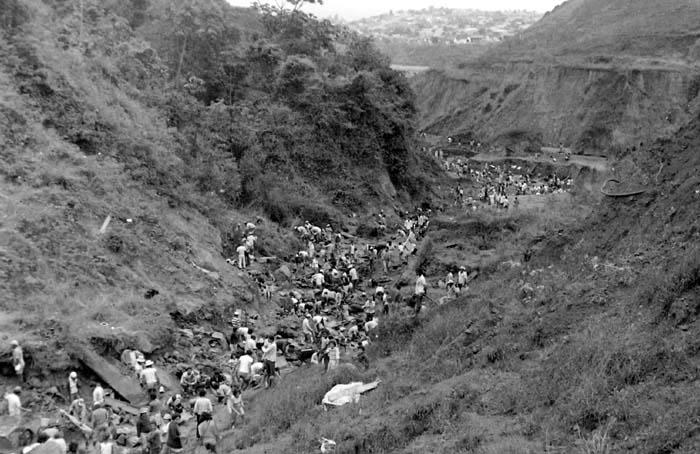 Nas décadas de 1970 e 1980, a Vale anunciou que exploraria o ouro do minério de ferro. O fato trouxe para Itabira milhares de pessoas que adicionaram mais problemas à cidade (Foto de Vila de Utopia)