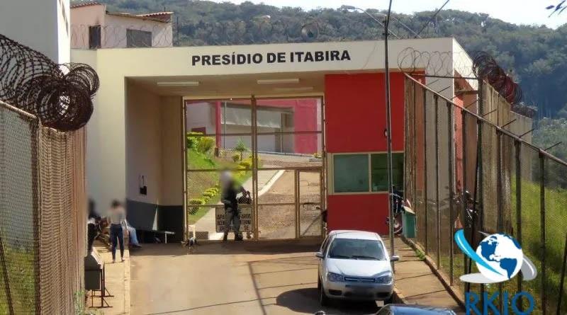 O Presídio de Itabira custou aos cofres do Estado e de Itabira R$ 3.846.725,87. A Justiça determinou a transferência dos presos por risco de rompimento de Itabiruçu. Agora, desocupado e depredado (Foto Brander Gomes) Dentre outras iniciativas que Itabira teve destacou-se a ocupação do Distrito Industrial, inaugurado na década de 1980. Dentre outros problemas, o DI expulsou muitas iniciativas com a sua poluição (Foto Vila de Utopia)