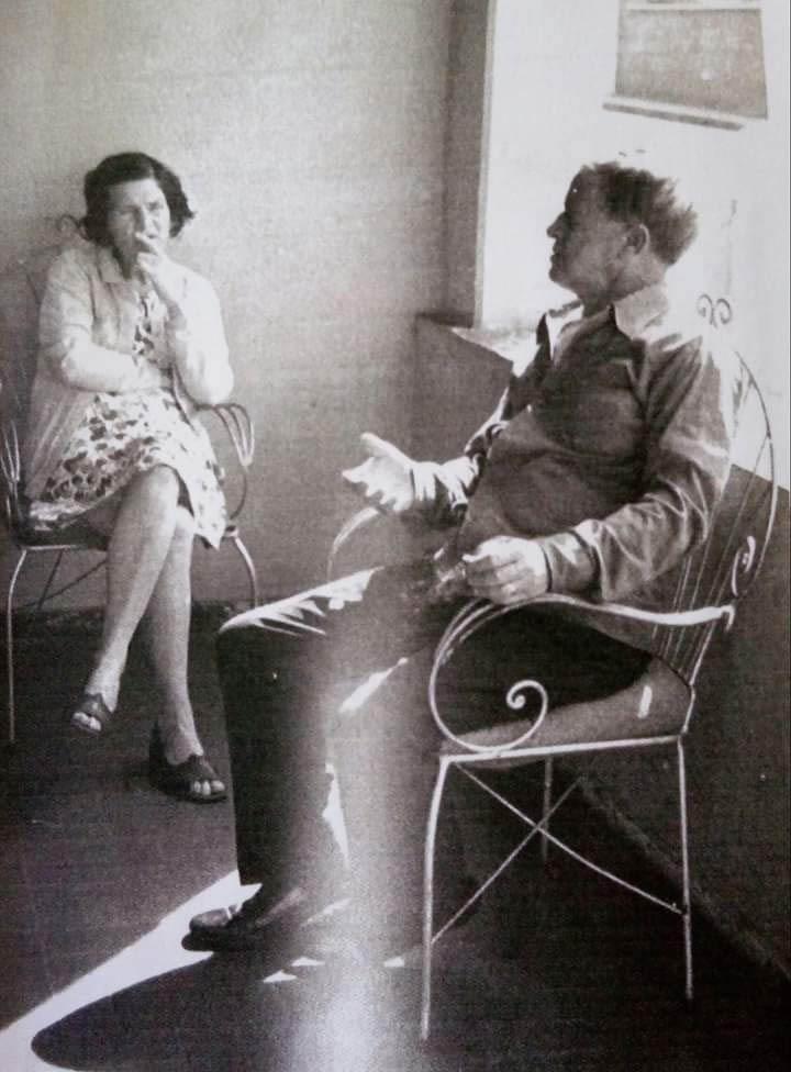 Professor José Antônio Sampaio, em momento descontraído, conversando com a esposa, também professora, Maria Engrácia Caldas Drumond (Álbum de Família)