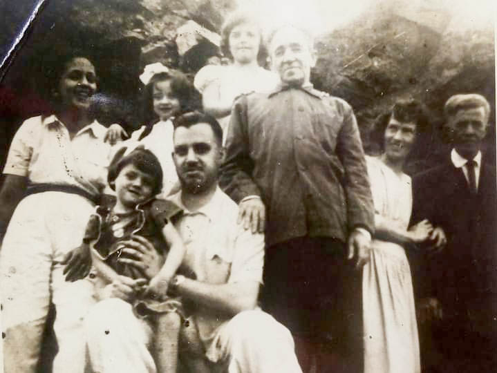 Professor José Antônio Sampaio em pose com a família numa reunião especial em sua residência (Álbum de Família)