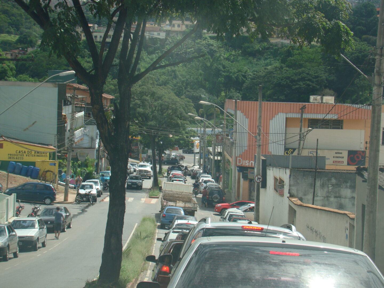 """Rua """"Juca Agarrado"""": trânsito intenso e sem solução faz tempo. Trânsito totalmente confuso."""