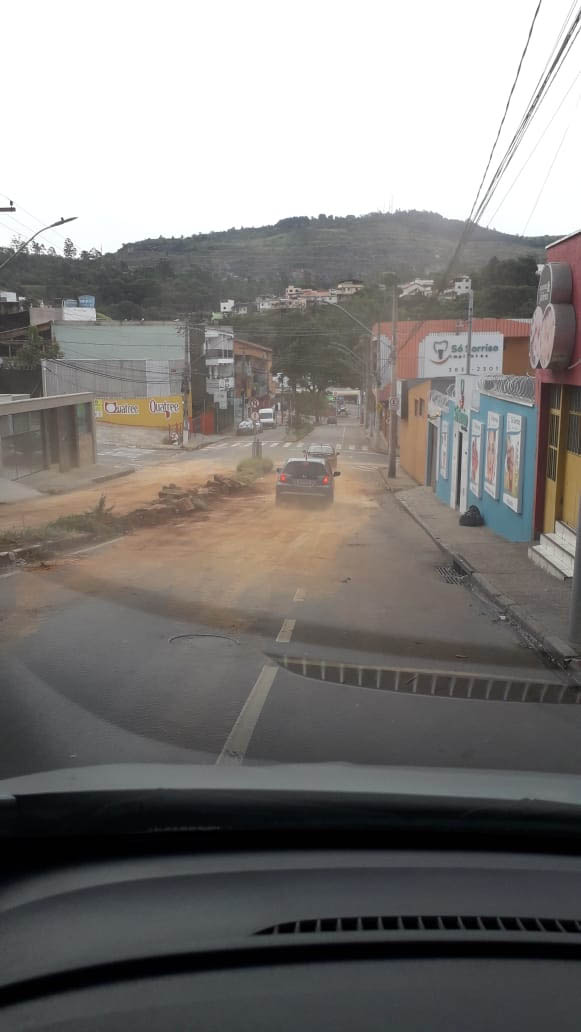 Funcionários do Saae denunciaram, no ano passado, que a rua necessitava de reparo nas redes subterrâneas, mas a sede de votos não deixou esperar.