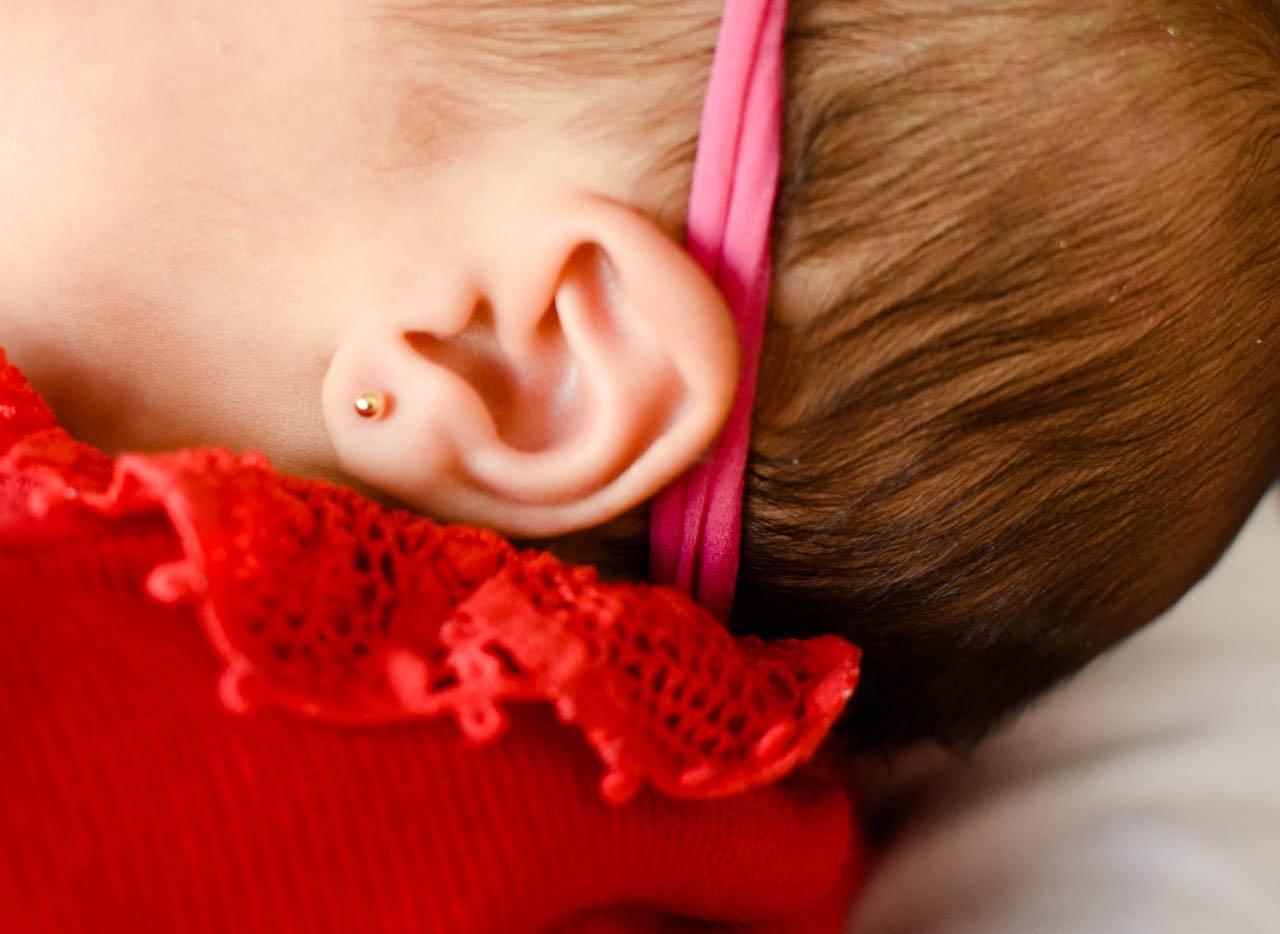 Na Vacinar Itabira seu bebê é atendido com carinho e os furos nas orelhas humanizados com higiene e segurança para todos