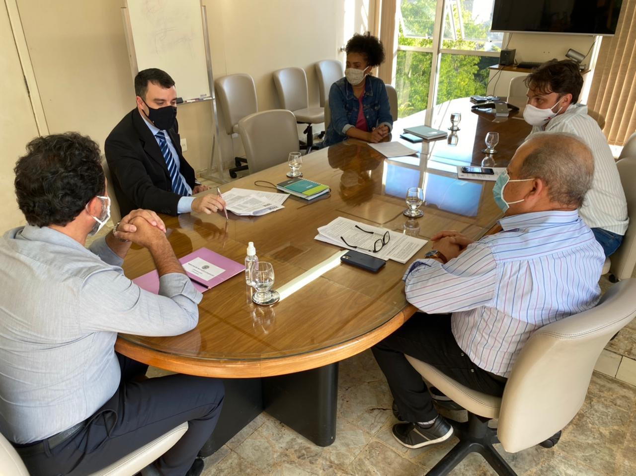 Encontro do prefeito e assessores com o delegado regional de Itabira ocorreu no gabinete da Prefeitura