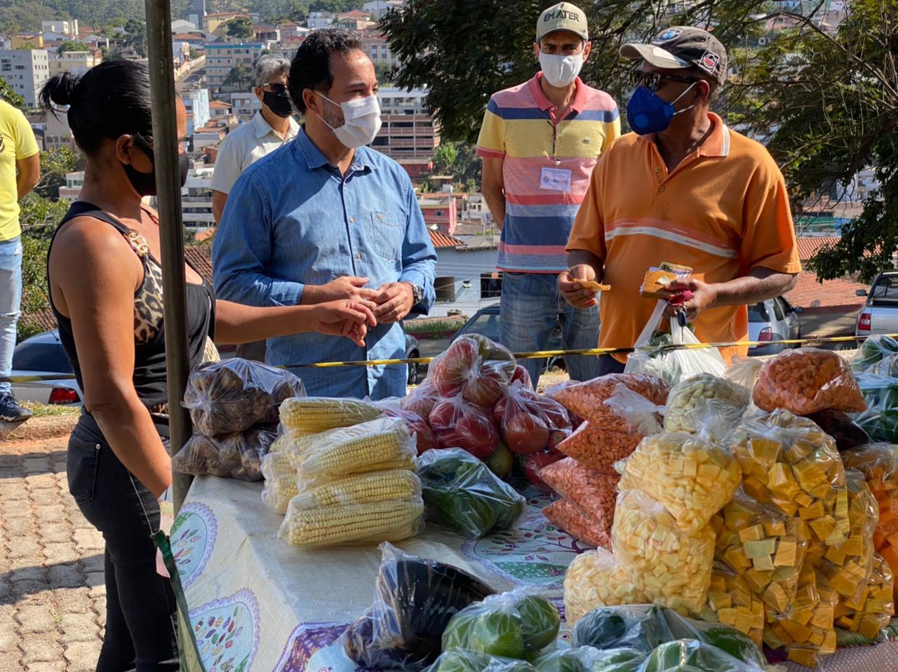 Prefeito de Itabira, Marco Antônio Lage, visitou a Feira Livre neste sábado (22) e foi recebido pelos feirantes e público presente