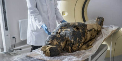 Estudos com a múmia começaram ainda em 2015, com exames detalhados (Alekansder Leydo / Projeto Múmia de Varsóvia / Divulgação via AFP)