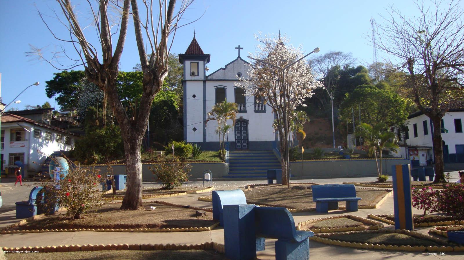 Praça Augusto Guerra, em Ipoema: o trailer ali perto: Igreja Matriz, que enfeita o espaço