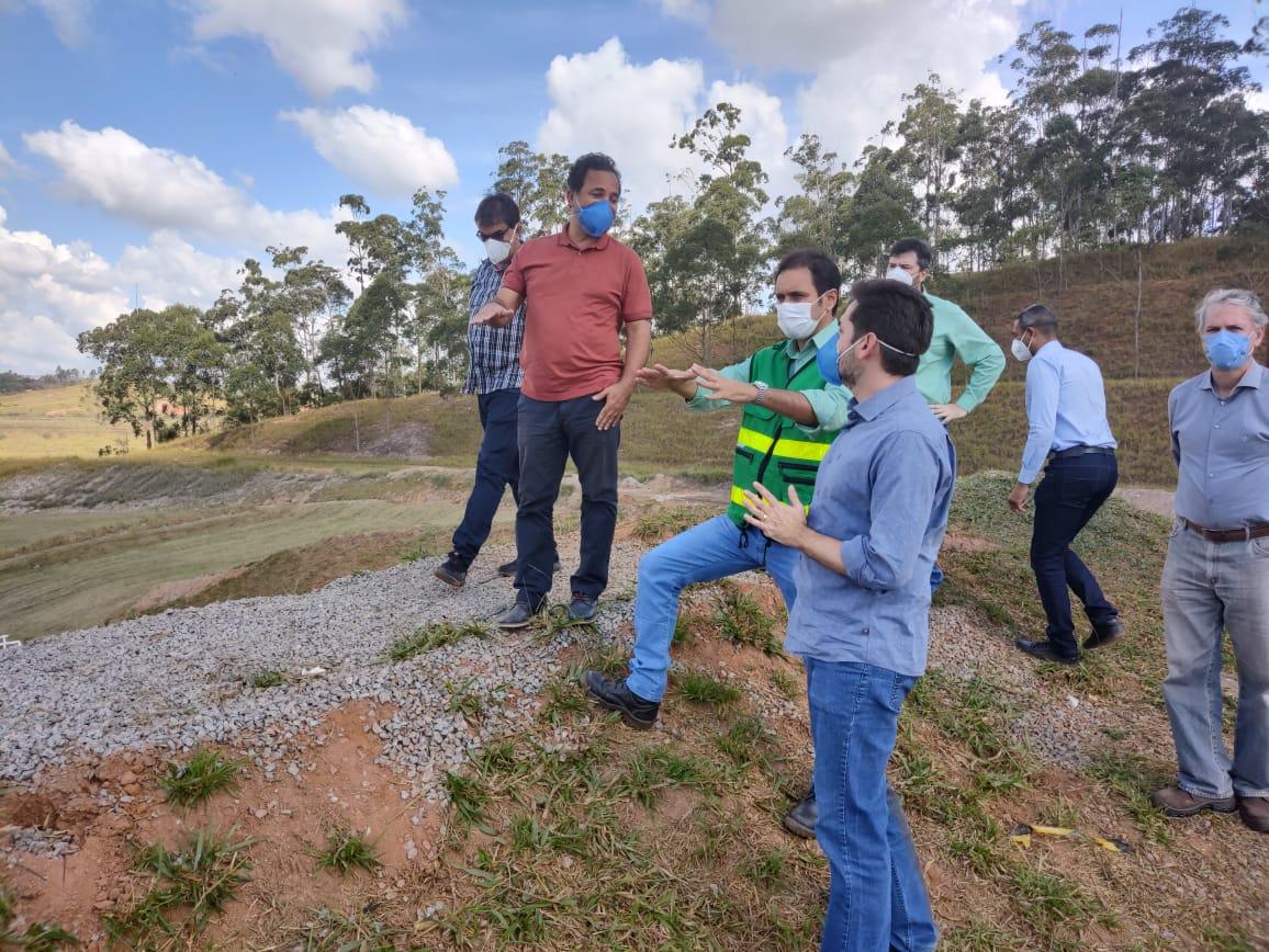 As comitivas do prefeito Marco Antônio Lage e da Vale caminharam em torno das obras de contenção que a mineradora está construindo ao lado dos bairros Bela Vista e Nova Vista