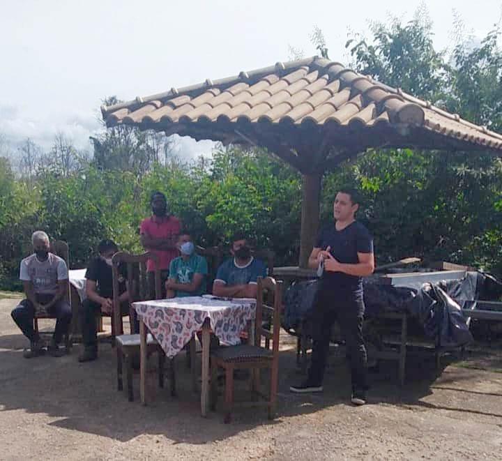 """""""Vereador presidente, Vetão, dialoga com moradores da Vista Alegre que ainda não têm energia elétrica em suas residências."""