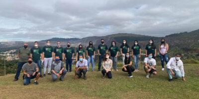 Turma itabirana que saudou o Dia Mundial do Meio Ambiente fez pose no Pico do Amor depois de visitar a Mata do Intelecto (Foto Coord. Com. Social – PMI)