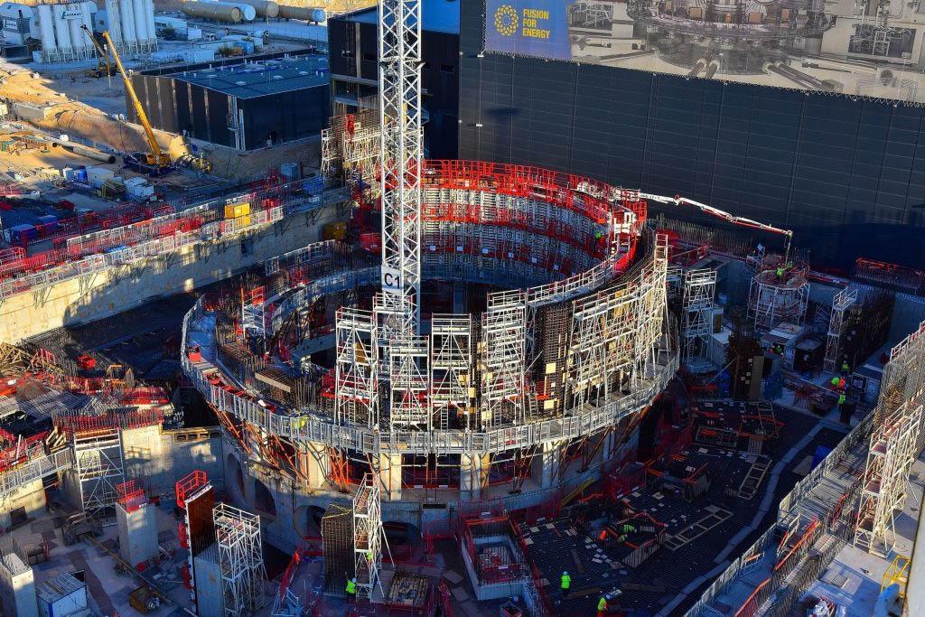 ITER, ainda em construção, será o maior reator de fusão do mundo, usado na pesquisa de geração de energia limpa e ilimitada. (Imagem: Foro Nuclear/Reprodução)