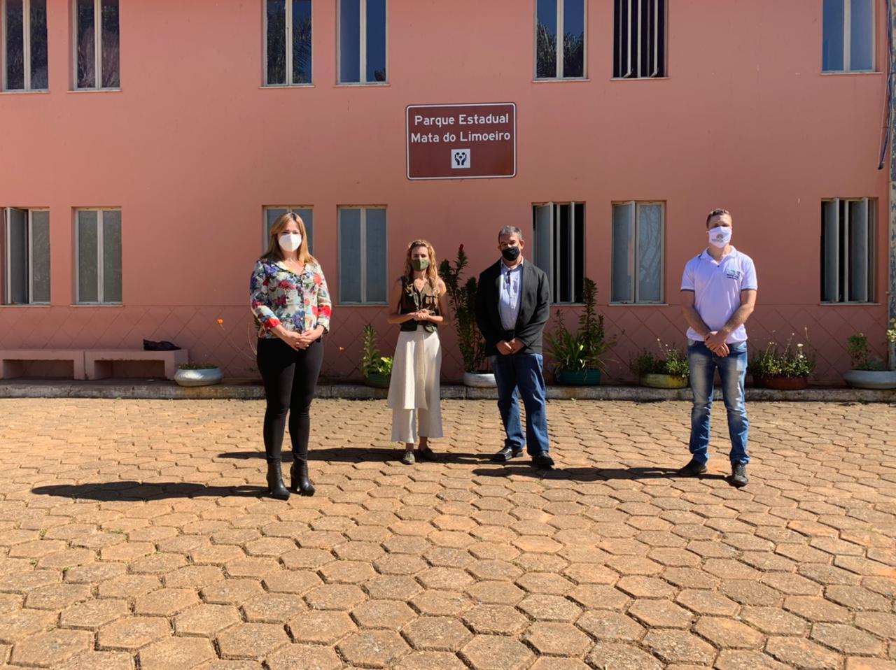 Participantes do encontro na Mata do Limoeiro: Adriana Faria, Raquell Guimarães, Denes Lott e Alex Amaral, no mesmo sentido (Foto: Coord. Com. Social - PMI)