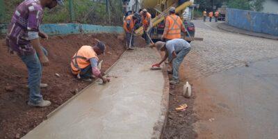 Construção de passeio do Bairro Campestre ao Pedreira, iniciada em abril, será concluída em setembro, segundo Secretaria Municipal de Obras