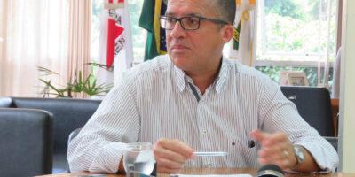 Ex-prefeito Damon Lázaro de Sena atendeu prontamente ligação e prometeu enviar explicações sobre contas de 2016. Ex-secretários afirmam que ele deve apresentar recursos ao TCMG (Foto: A Voz de Itabira)