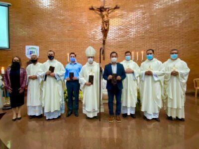 """Lançamento do """"Selo Dom Mário"""": padres, bispo Marco Aurélio, prefeito Marco Antônio Lage e a gerente dos Correios Graziele Sales"""