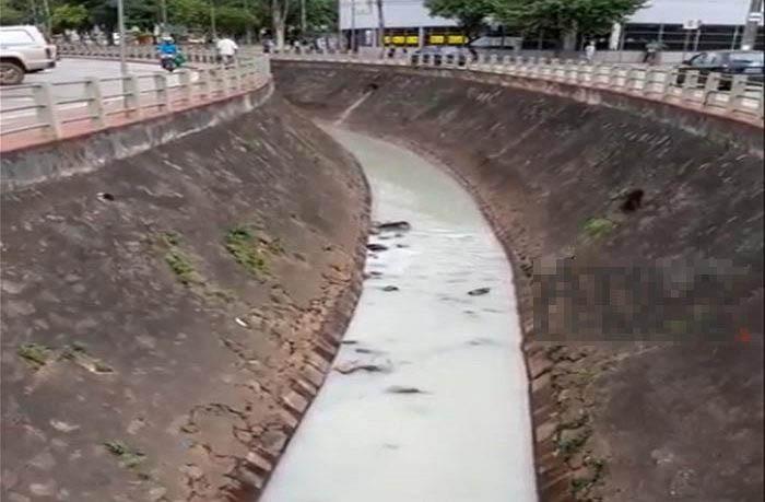 Córrego da Penha no centro de Itabira: ainda há poluição por aqui: ETE não capta sequer 20% dos esgotos domésticos da cidade (Crédito: Itabira Online)